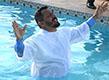 Obispo Amaury bautiza ex dependientes químicos